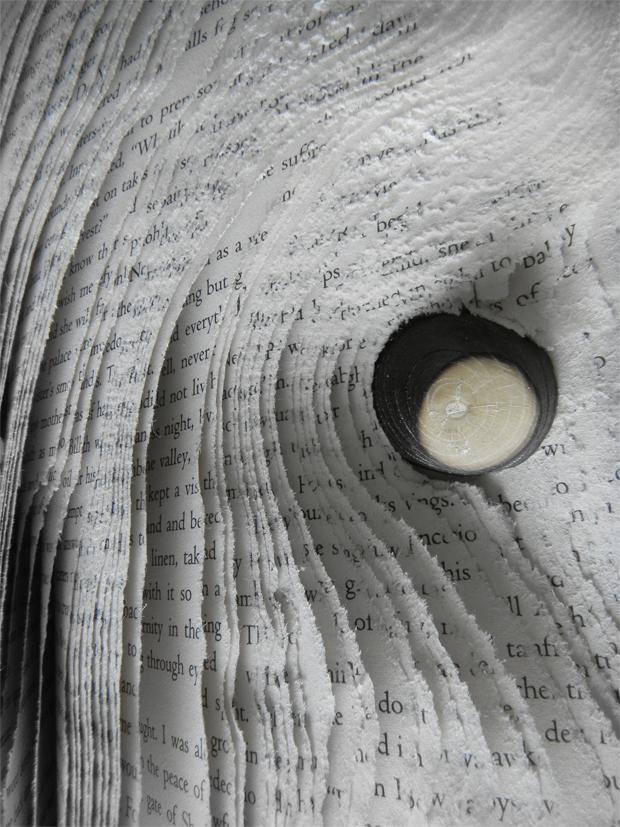 Talla directa sobre libro y madera tallada y quemada (2016) por Pablo Bompé.